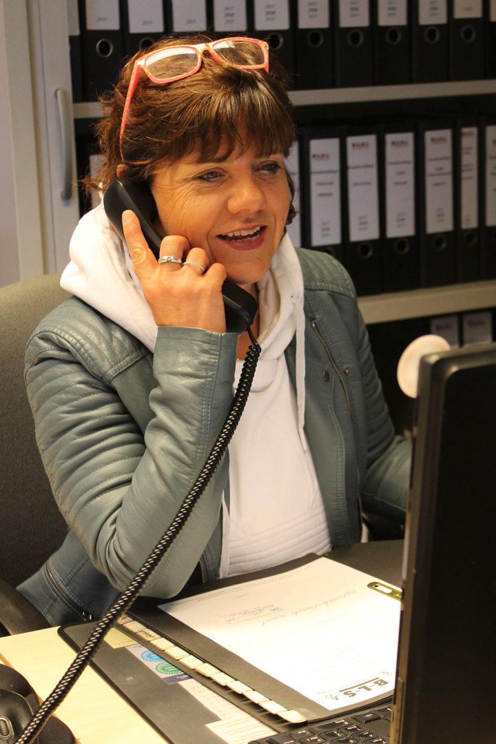 Regina Anker-Kalwis sitzt in ihrem Büro und telefoniert