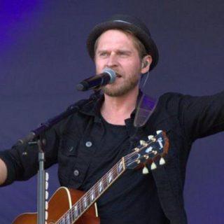 Johannes Oerding performt auf der Kieler Woche 2019 auf der Hörnbühne