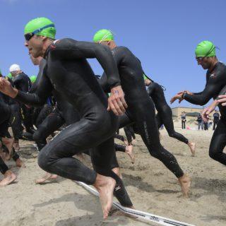 Athleten starten zum Triathlon
