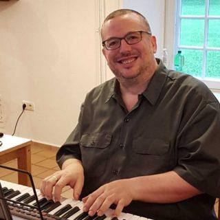 Peter Hinze am Keyboard